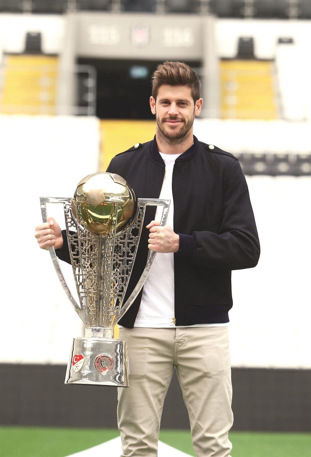 Fabrico 2016-2017 sezonu şampiyonluk kupasıyla poz verdi.