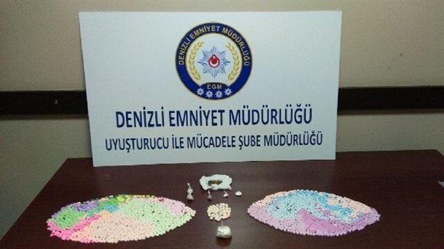 Operasyonda ele geçirilen uyuşturucu maddeleri emniyette sergilendi.