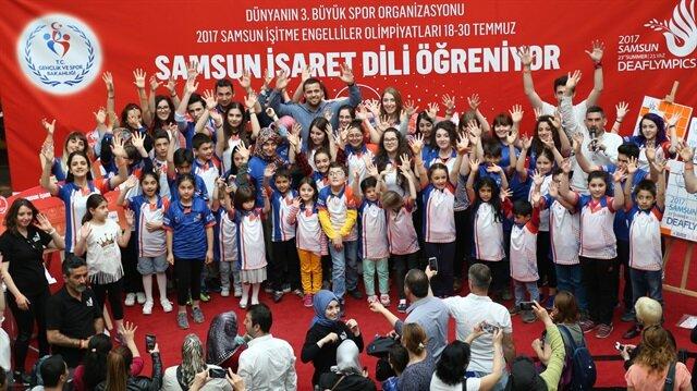"""آلاف الأتراك يتعلمون لغة الإشارة الدولية استعدادًا لاستضافة """"أولمبياد الصم"""""""