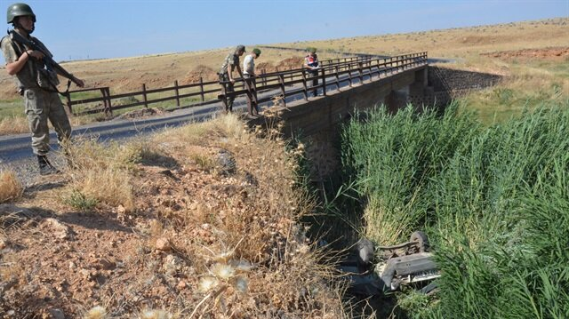 Şanlıurfa Haber: Şanlıurfa'nın Siverek ilçesinde tarım işçilerinin bulunduğu otomobil köprüden aşağı uçtu. Meydana gelen kazada 8 kişi yaralandı.
