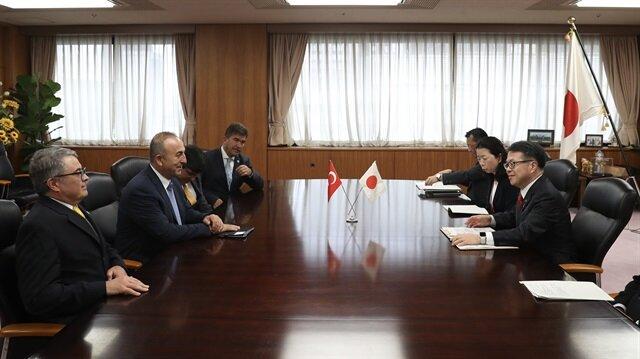 جاويش أوغلو يبحث مع وزير الاقتصاد الياباني سبل تعزيز الاستثمارات