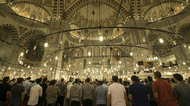 Vatandaşlar son teravih için Sultanahmet Cami'sini doldurdu