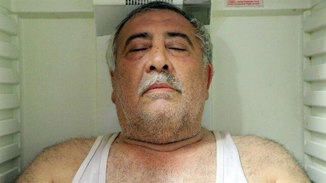 Malatya'da esnaflık yapan Ömer Fişenkçi, kavurucu soğuklarda buzdolabında serinliyor.