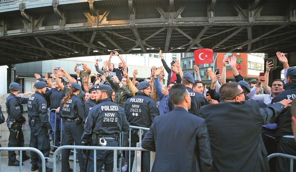 Alman polisinin engelleme girişimlerine rağmen gurbetçiler Cumhurbaşkanı Erdoğan'a kaldığı otelin önünde sevgi gösterisinde bulundu.