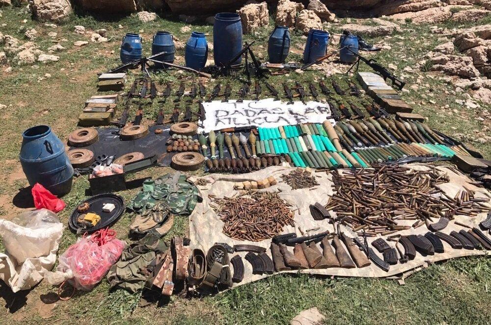 Operasyonda çok sayıda silah ve mühimmat ele geçirildi.