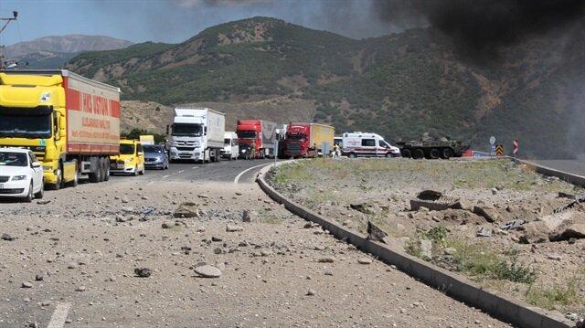 Saldırının ardından yolda çukur oluştu.