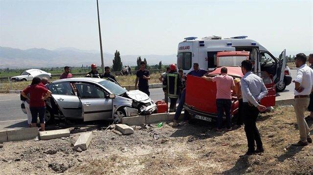 Manisa'nın Alaşehir ilçesinde meydana gelen trafik kazasında bir kişi hayatını kaybederken, 5 kişi yaralandı.