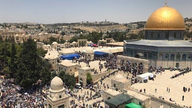 İsrail polisi, cuma günü yaşanan olayların ardından kapattığı Mescid-i Aksa'nın kapılarını kademeli olarak açmaya başladı.