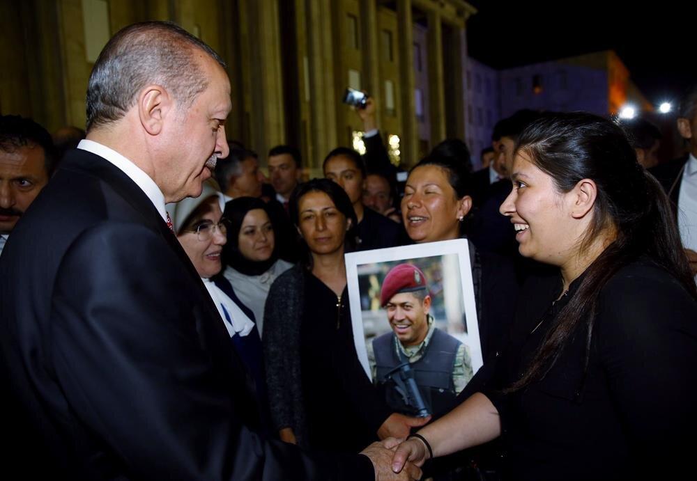 Cumhurbaşkanı Erdoğan, TBMM'deki anma töreninde kahraman şehidimiz Ömer Halisdemir'in eşi ve kızıyla görüştü.