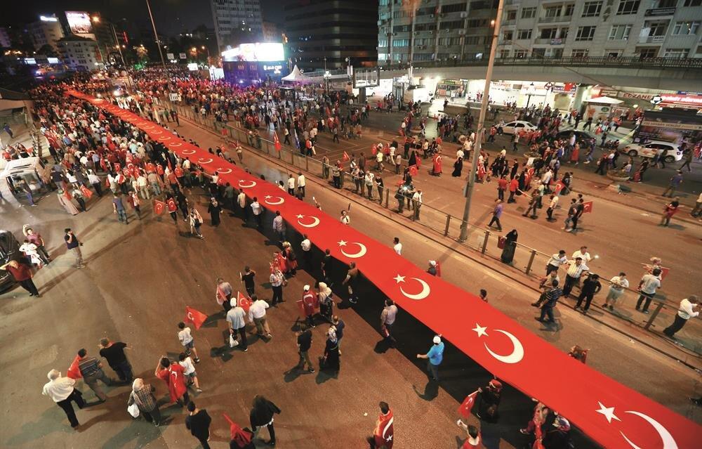 Ulus'taki birinci Meclis binası önünden başlayan yürüyüşte vatandaşlar, tekbir getirdi. Vatandaşların, kortej eşliğinde gerçekleştirilen ve binlerce kişinin yürüyüş boyunca tören alanına kadar taşıdığı 3 kilometre uzunluğundaki Türk bayrağı dikkat çekti.