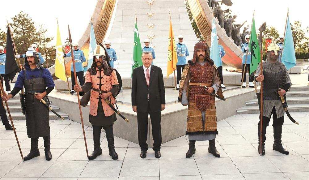 Erdoğan, daha sonra anıtın önünde 16 Türk devletini temsil eden askerlerle hatıra fotoğrafı çektirdi.