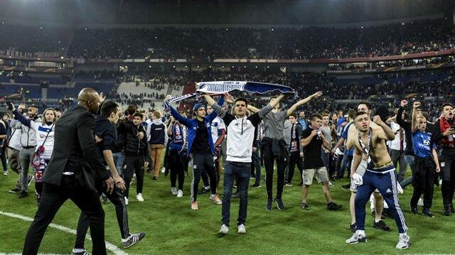 Lyon-Beşiktaş maçı öncesinde Fransız taraftarlar sahaya girmiş ve maçın başlaması 45 dakika geç başlamıştı.