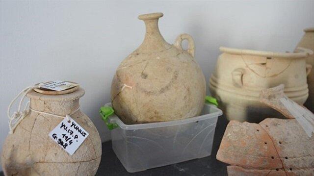 """Kazı çalışmalarında üzerinde """"gülücük"""" emojisi bulunan 3 bin 700 yıllık şerbet testisine ulaşıldı."""