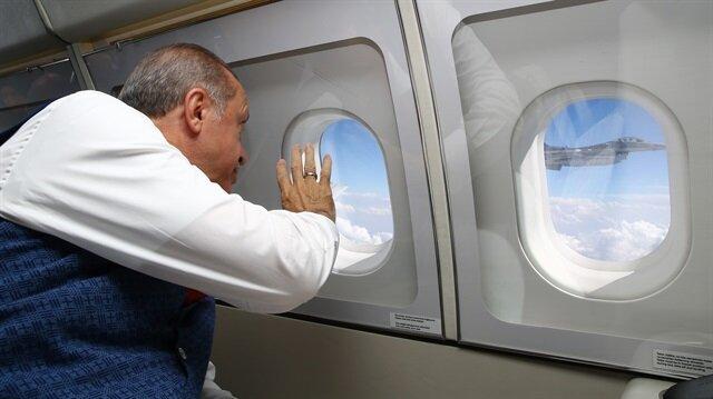 Cumhurbaşkanı Recep Tayyip Erdoğan uçak içinden el sallayarak selam vermişti.