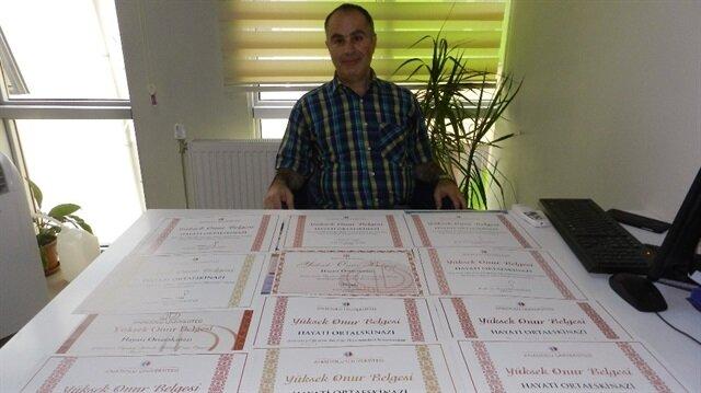 Okuma aşığı olan Dr. Hayati Ortaeskinazi, toplamda 11 diploma aldı.