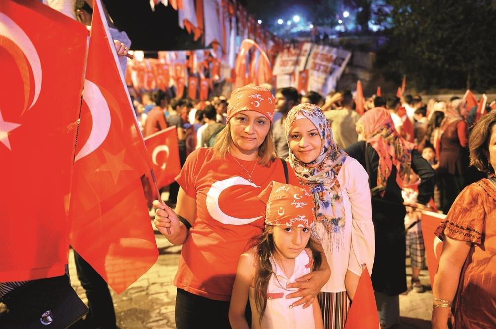 Mardin'de Kur'anı Kerim okunmasıyla başlayan programda, ilahiler seslendirildi, şehitler için dua edildi. Demokrasi nöbetinin ikinci gününde de meydanı boş bırakmayan vatandaşlar, ellerinde Türk bayraklarıyla FETÖ aleyhine slogan attı.