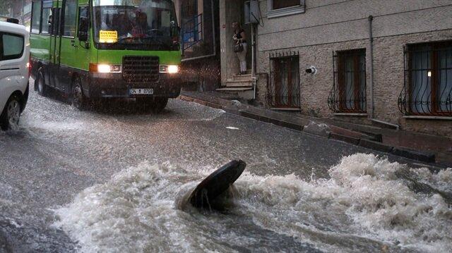 İstanbul genelinde etkili olan sağanak, kentte hayatı olumsuz etkiledi. Sabah saatlerinde etkili olan gök gürültülü şiddetli yağış nedeniyle yollarda su birikintileri oluşurken, sürücüler zor anlar yaşadı.
