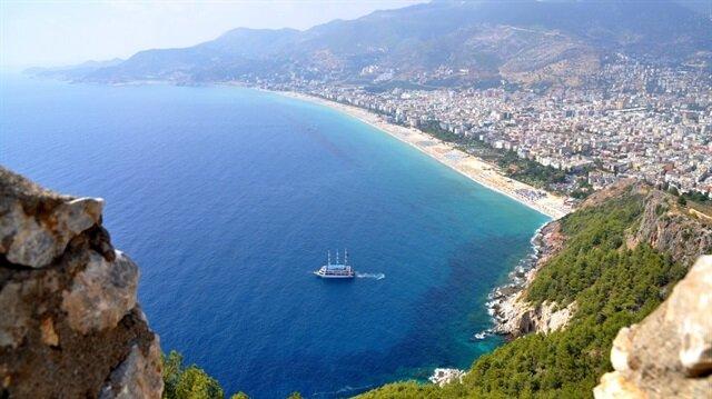 مسؤول تركي: أنطاليا تستقبل سنويًا نحو 10 ملايين سائح