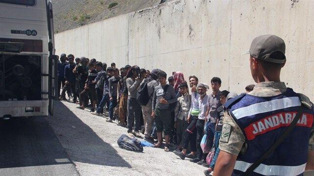 Kaçak göçmenler arızalanan otobüste yakalandı