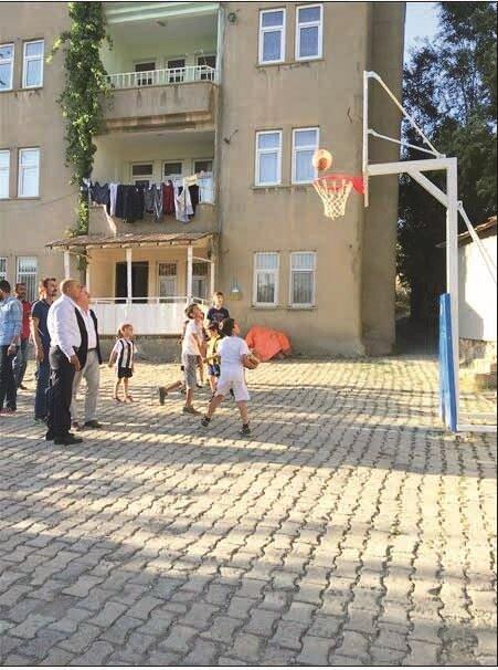 Başkan Osman Aşkın Bak'ın talimatıyla nizami ölçülerde bir basketbol potasına kavuşan miniklerin heyecanı yüzlerinden okundu.