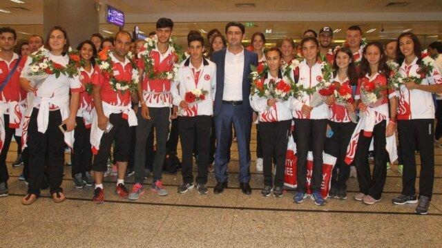 Macaristan'da 19 madalya kazanan milli takım kafilesi yurda döndü
