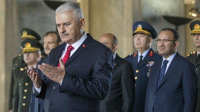 Başbakan Yıldırım'ın saygı duruşunda dua ettiği görüldü.