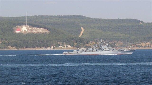 Rus savaş gemisine, Sahil Güvenlik unsurları eşlik etti.