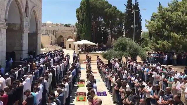 Müslümanlar Cuma namazı için Mescid-i Aksa'ya akın etti