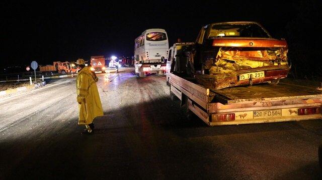 Yaralılar, 112 acil servis ekiplerince hastanelere kaldırıldı.