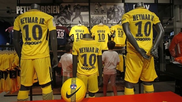 Barcelona'dan PSG'ye transfer olan Neymar'ın 10 numaralı formaları Paris'te 'yok' satıyor.