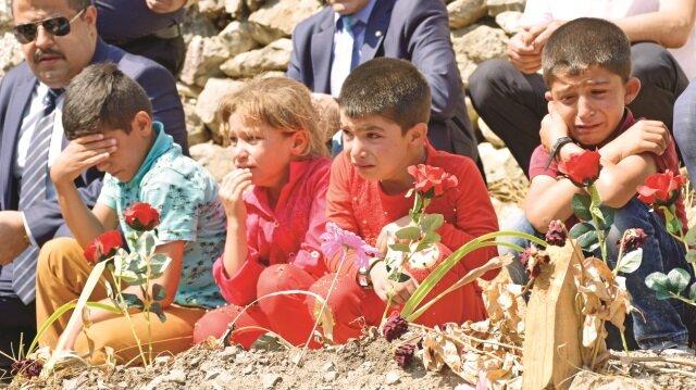 Öğrencileri PKK'nın şehit ettiği Necmettin Yılmaz'ın kabri başında gözyaşlarına boğuldu