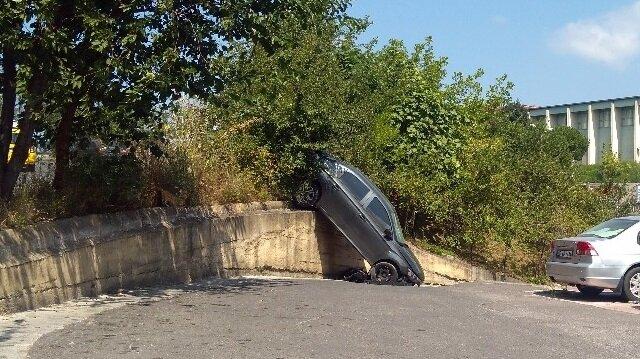 Zonguldak'ta el freni boşalan otomobil duvardan aşağı uçtu.