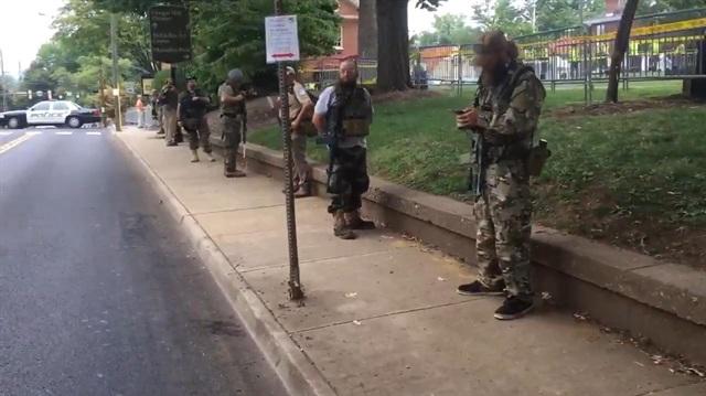 Gösteriye silahlarıyla geldiler