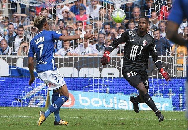 Lille kalecisi Enyeama, rakibiyle girdiği söz dalaşının ardından hakem tarafından kırmızı kart gördü.