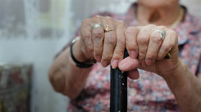 Yaş şartını da dolduran kişi çalıştığı işyerinden emeklilik nedeniyle ayrılarak kıdem tazminatını talep edebilir.