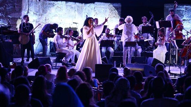 الفنانة آمال المثلوثي .. تونسية تغني للكلمة الحرة والثورة بقرطاج