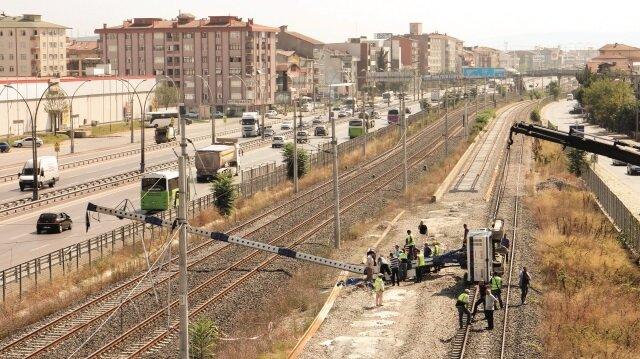 Hızlı tren hattına devrildi