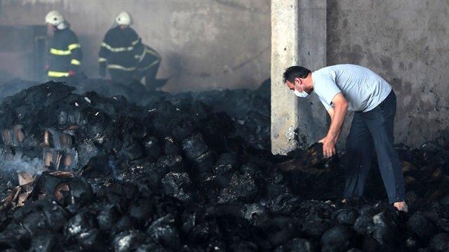 Yangının söndürülmesinin ardından işçiler kazma kürekle patronlarını arıyor.