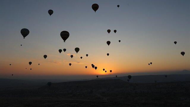 Gün doğumuna balonlarla eşlik ediyorlar