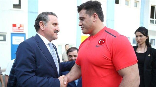 Bakan Osman Aşkın Bak, Dünya Güreş Şampiyonası'nda ülkemizi temsil edecek olan Grekoromen Milli Takımı'nı ziyaret etti.