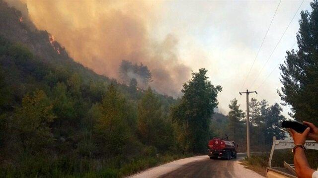 Serik'te çıkan yangına ekipleri müdahalede bulunuyor.