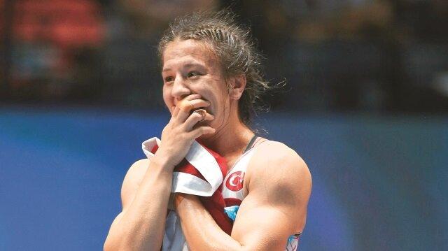 Son 2 yılın Avrupa Şampiyonu Yasemin Adar, Dünya Şampiyonası'nda da kürsünün en üst basamağına çıkarak Türkiye adına kadınlarda tarih yazmaya devam etti.