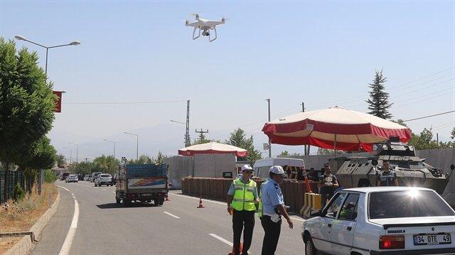 Bingöl'de Emniyet Müdürlüğü ekipleri, Kurban Bayramı dolayısıyla il genelinde yol kontrolünü 'drone'larla gerçekleştiriyor.