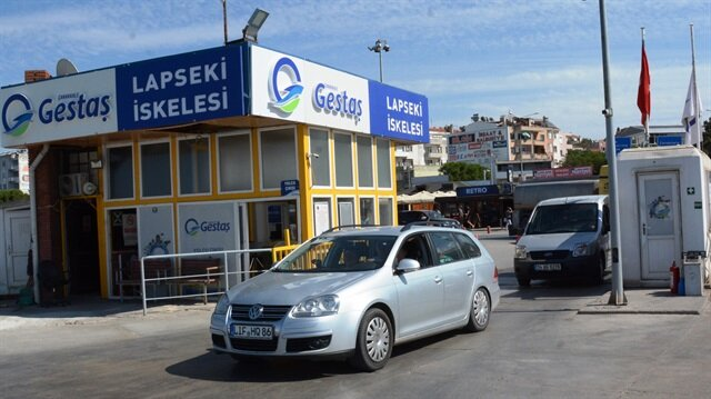 Araçlar, Çanakkale'deki Lapseki Feribot İskelesi önünde yoğunluk oluşturuyor.
