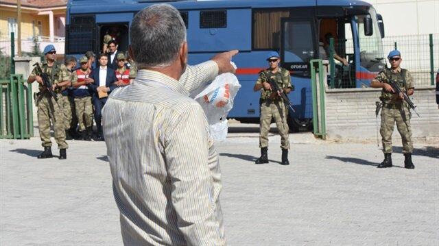 Duruşmanın görüldüğü salonun önüne gelen bir vatandaş sanıklara tepki gösterdi.