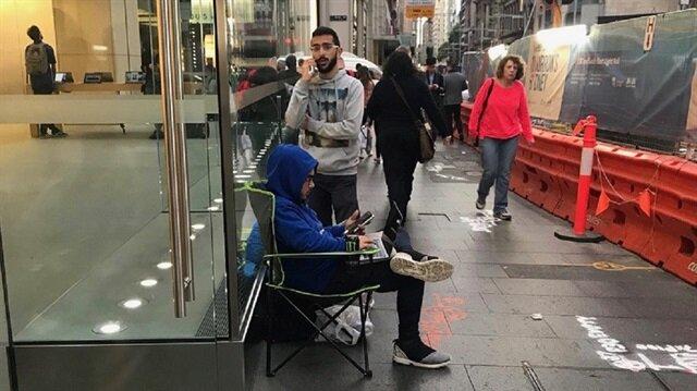 Apple'ın bugün tanıtımını yapacağı lansman öncesi Apple hayranları Apple mağazalarının önünde kamp yapmaya başladı.