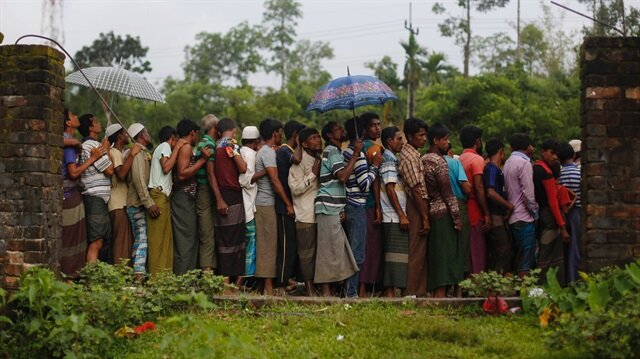 Rohingya refugees wait for the food to be distributed