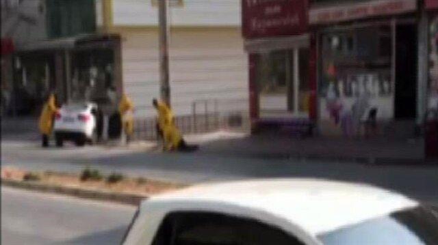 Üzerlerinde sarı renkli tek tip elbise bulunan soyguncular kuyumcu dükkanına doğru ilerledikleri sırada, iş yeri sahibi Refik Çetinkaya'nın durumu erken fark ederek silahına davranması sonucu bozguna uğradı.