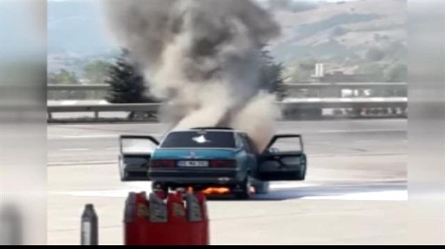 Otomobil akaryakıt istasyonunda alev alev yandı