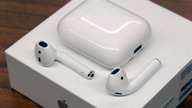 ABD'li teknoloji devi Apple, merakla beklenen yeni nesil bir AirPods yerine kablosuz şarj özelliğine sahip kulaklık şarj kutusu tanıttı.